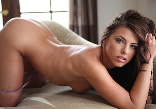 Schöne junge Frau macht Sexchat ohne Geld